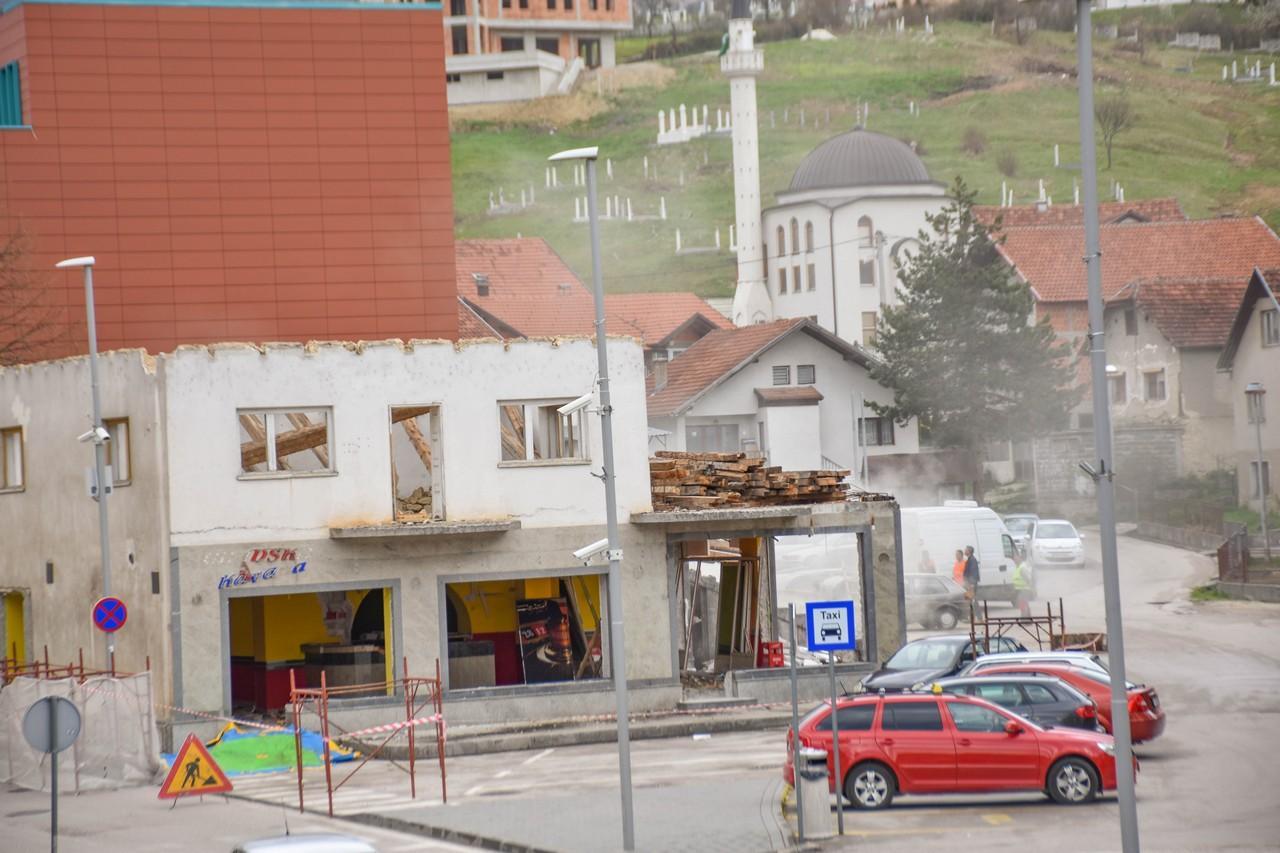 rusenje_starog_hotela_u_prozoru.jpg